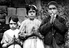 Lúcia Santos (middle) with her cousins Francisco and Jacinta Marto, 1917. - click for full size.