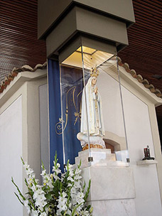 Image of Our Lady of Fátima in the Chapel of Apparitions at the Sanctuary of Our Lady of Fátima - click for full size.