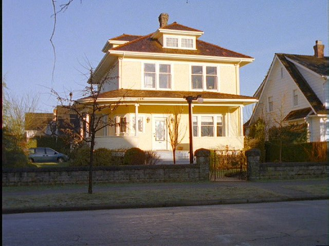 A picture of the Yellow House (1).