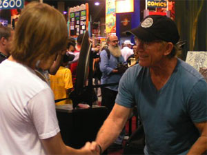 Lance Henriksen having fun at Comic_con 2005